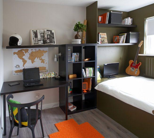 Удобное рабочее место в комнате школьника