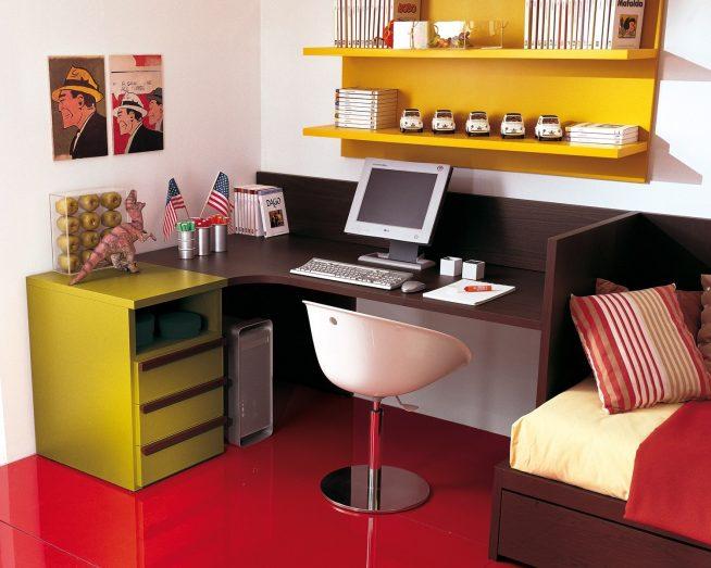 Стол, вмонтированный между стеной и кроватью