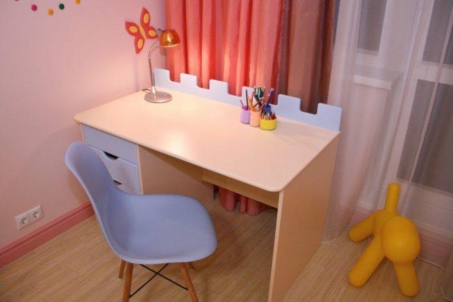 Стол классического дизайна в комнате школьника