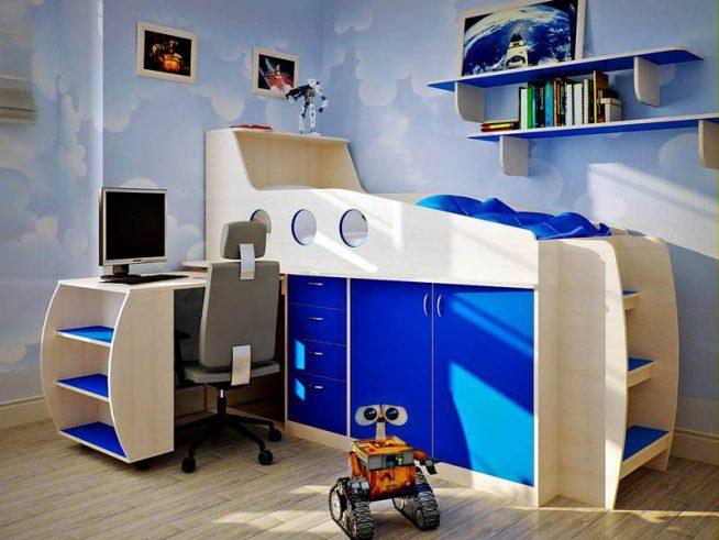 Оформление двухэтажной кровати с выдвижным столиком в морском стиле