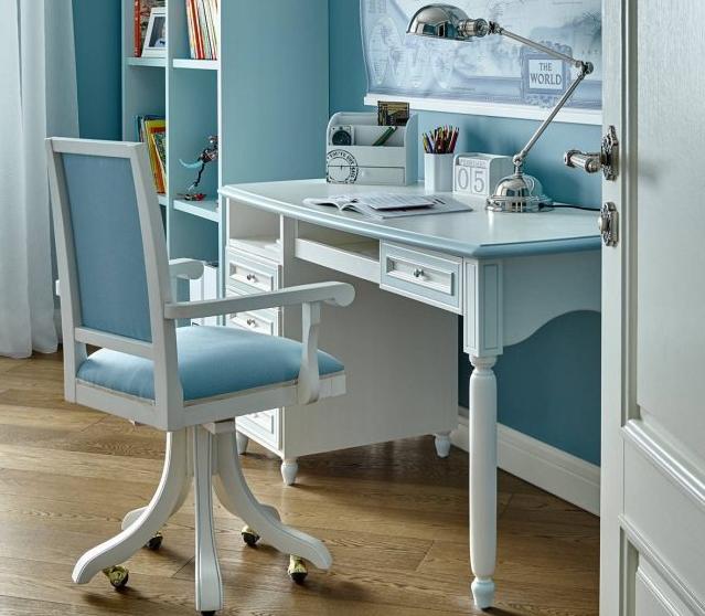 Стол, гармонирующий с отделкой комнаты