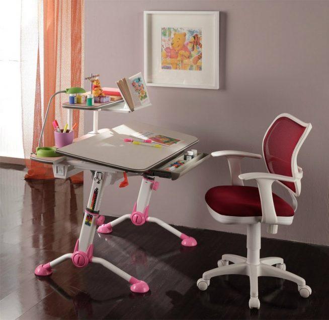 Маленький, но хорошо укомплектованный стол-парта