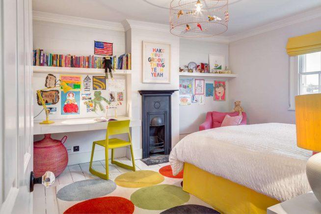 Встроенный стол в интерьере детской комнаты