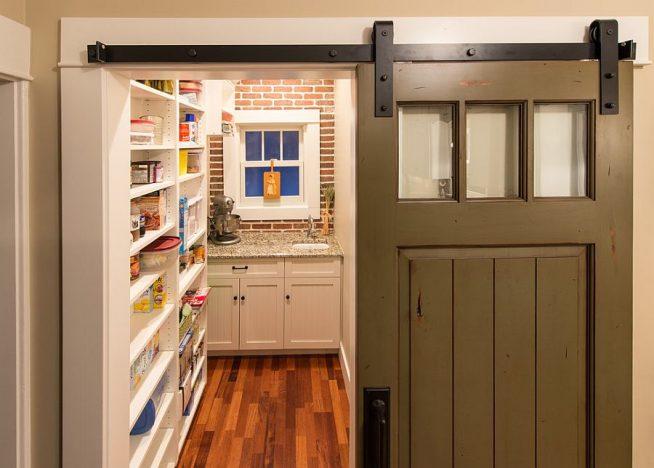 Кухня-кладовая за раздвижной дверью в деревенском стиле