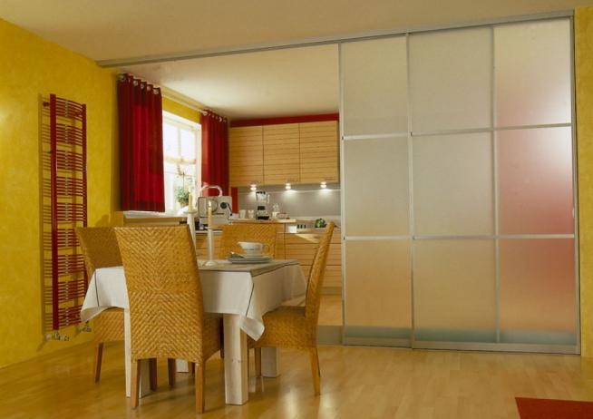 Стеклянная подвижная стена между кухней и столовой