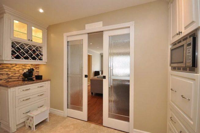 Стеклянная дверь между кухней и гостиной