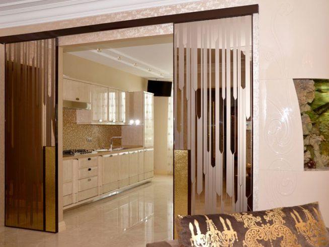 Эффектная раздвижная дверь между кухней и гостиной