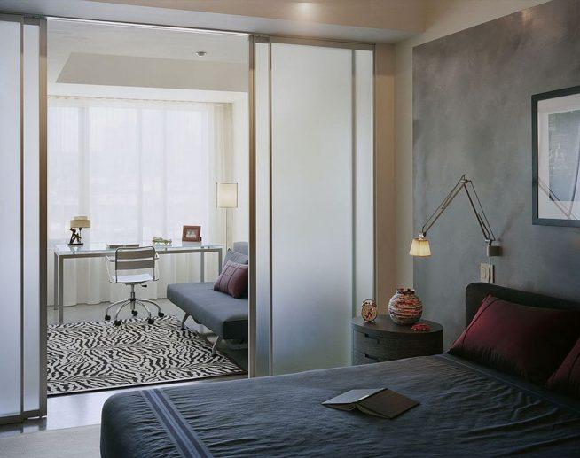 Стеклянная дверь, отделяющая спальню от рабочего места