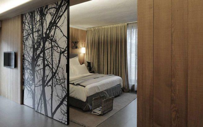 Стильная раздвижная дверь между спальней и коридором