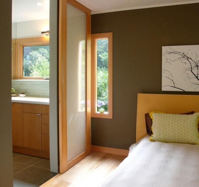Дверь, отделяющая спальню от кухни