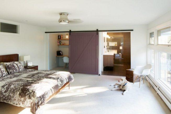 Раздвижная дверь, отделяющая спальню от встроенных в ниши кабинета и кухни