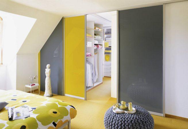 Красивое и практичное оформление гардеробной раздвижными дверьми