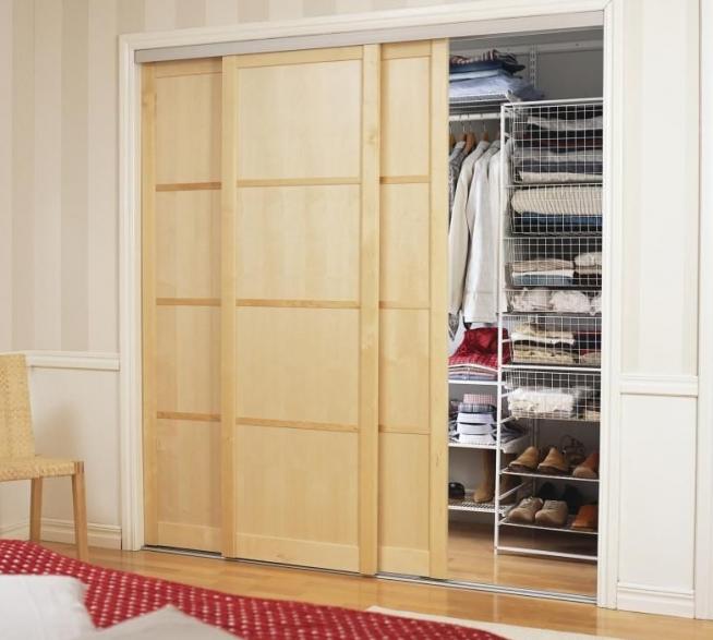 Маленькая гардеробная за деревянными раздвижными дверьми