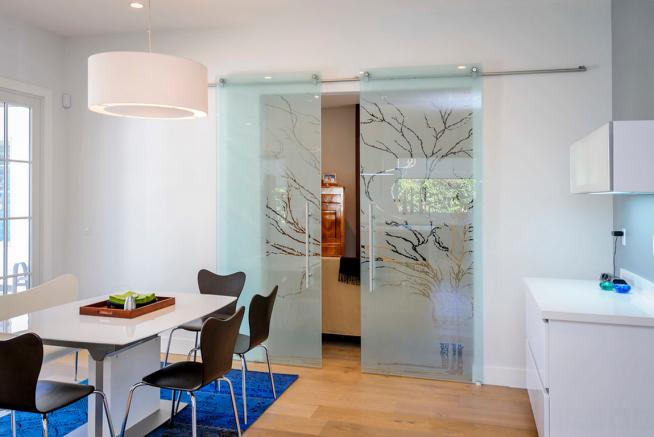 Красивая стеклянная дверь на кухню