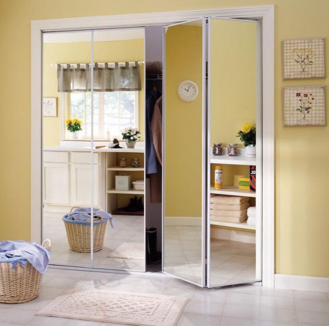 Гардеробная за складной зеркальной дверью