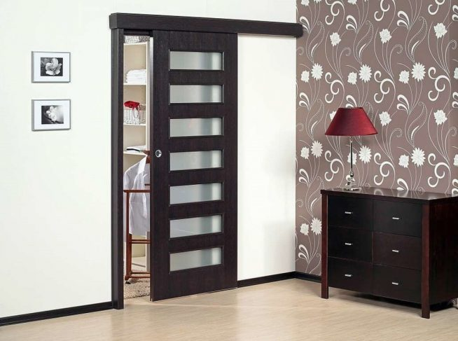 Дверь в гардеробную с одной створкой