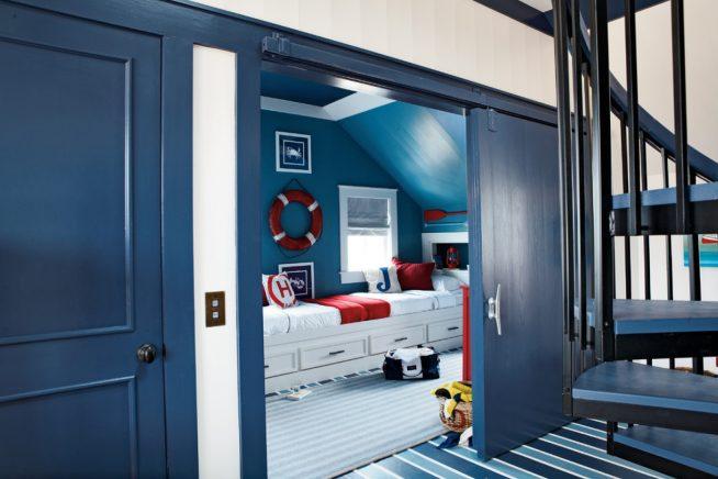 Детская спальня в морском стиле за раздвижной дверью