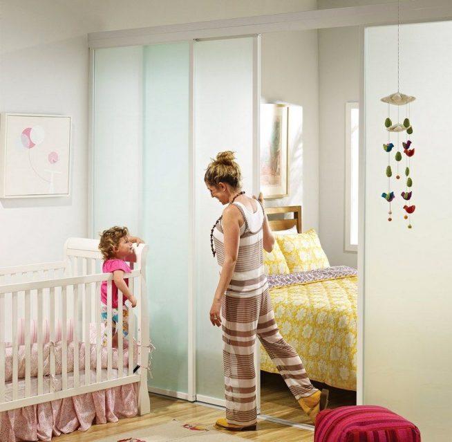 Стеклянная дверь-перегородка, отделяющая детскую кроватку