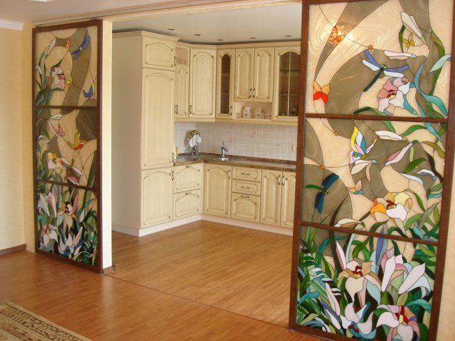 Эффектные двери с витражами между кухней и комнатой