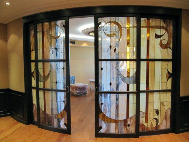 Раздвижная дверь в гостиную необычной формы