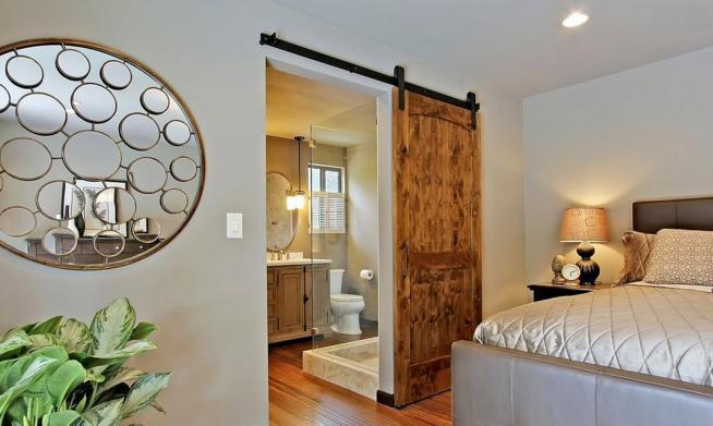 Раздвижная дверь между спальней и ванной комнатой в деревенском стиле