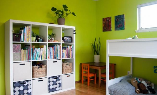 Практичный стеллаж в детской комнате