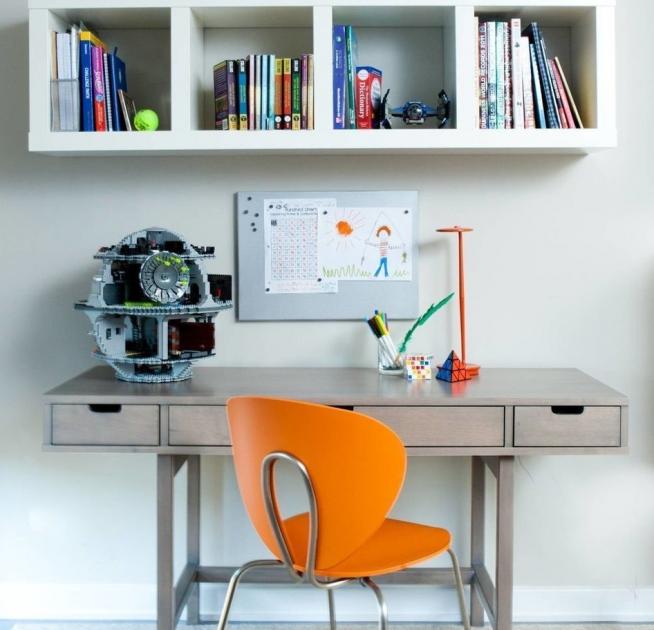 Недорогой лёгкий стол, оборудованный ящиками