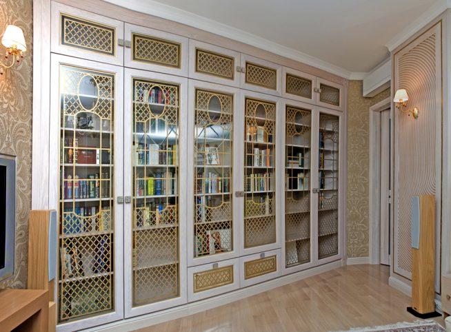 Красивый, встроенный в стену шкаф