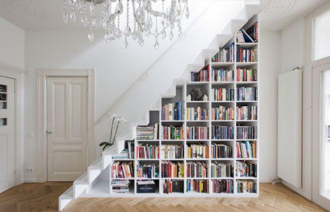 Стеллаж, встроенный под лестницу