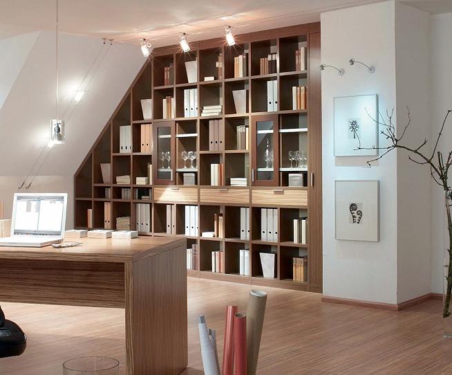 Встроенный книжный шкаф в мансардной квартире
