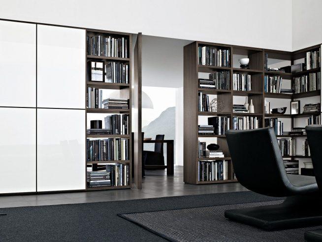 Встроенный стеллаж, разделящий гостиную и кабинет