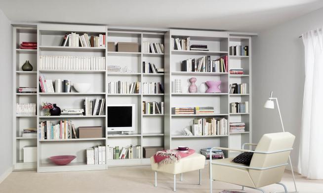 Раздвижной книжный шкаф для небольшой квартиры