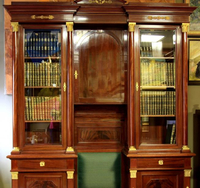 Старинный книжный шкаф из красного дерева
