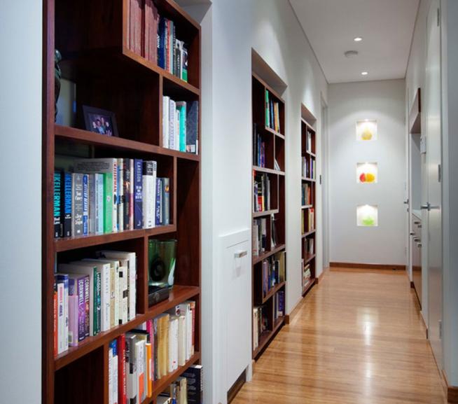 Вариант оформления книжными стеллажами узкого коридора