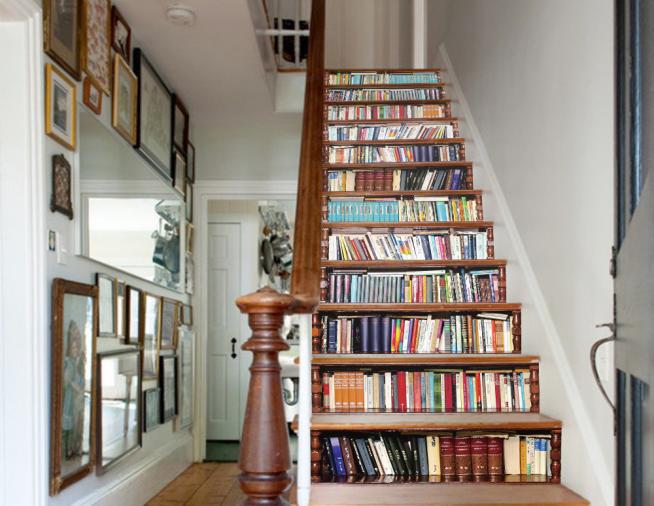 Вариант использование ступенек для хранения книг