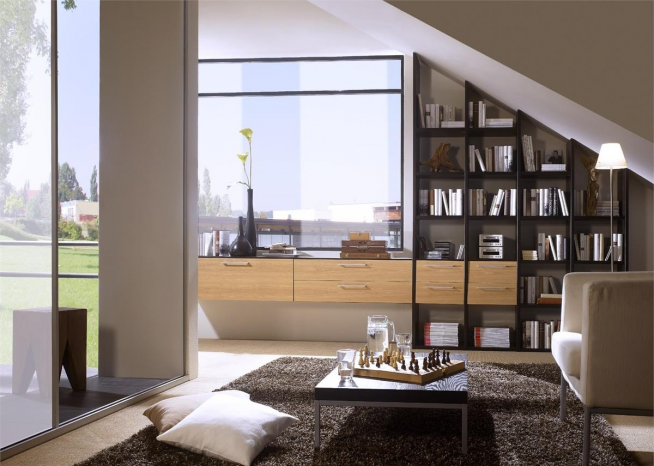 Встроенный книжный стеллаж в мансардной квартире