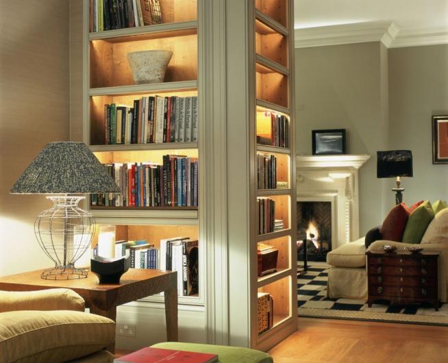 Красивый шкаф, зонирующий гостиную