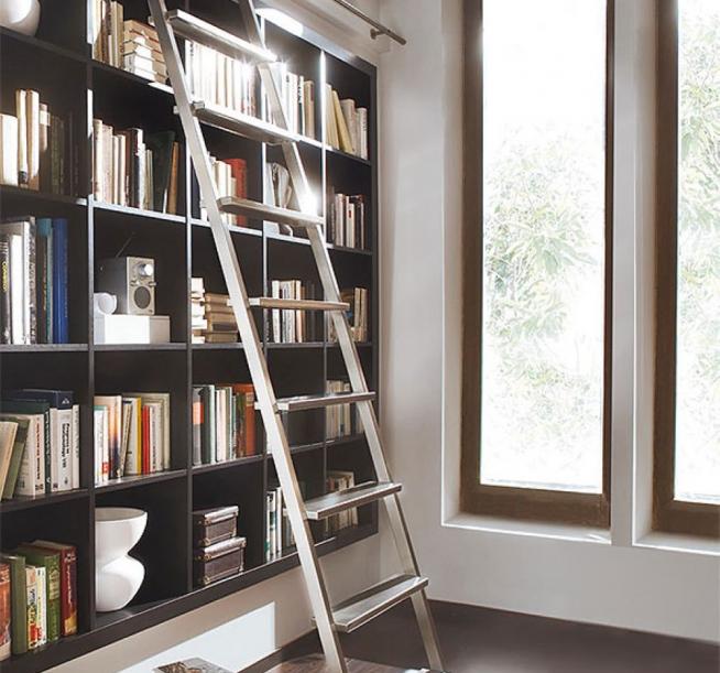 Встроенный шкаф с металлической лестницей