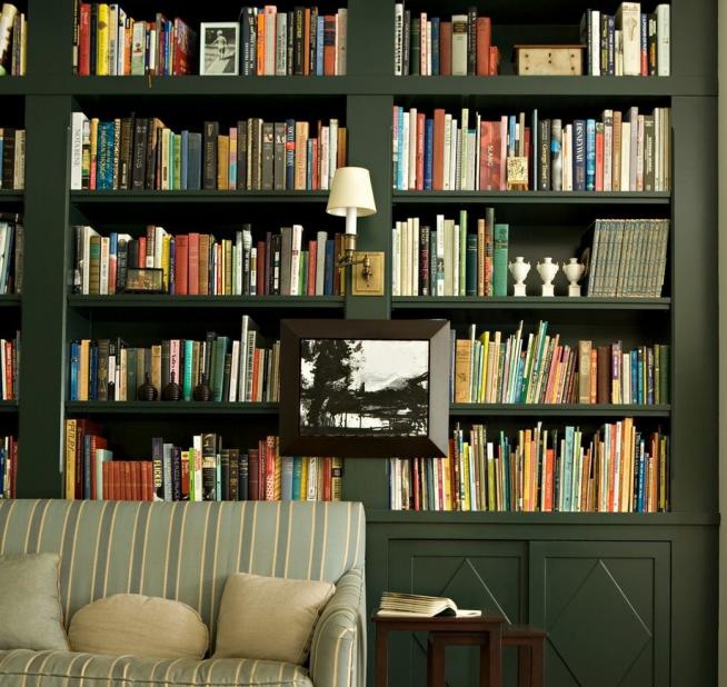 Зелёный шкаф, оформленный в единой цветовой гамме с обстановкой комнаты