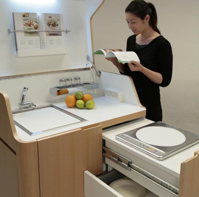Компактная кухня с выдвижной варочной панелью