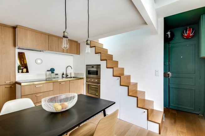 Кухонная техника под лестницей