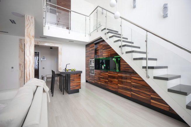 Кухонный гарнитур под лестницей