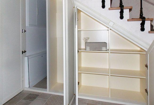 Шкаф в пространстве под лестницей