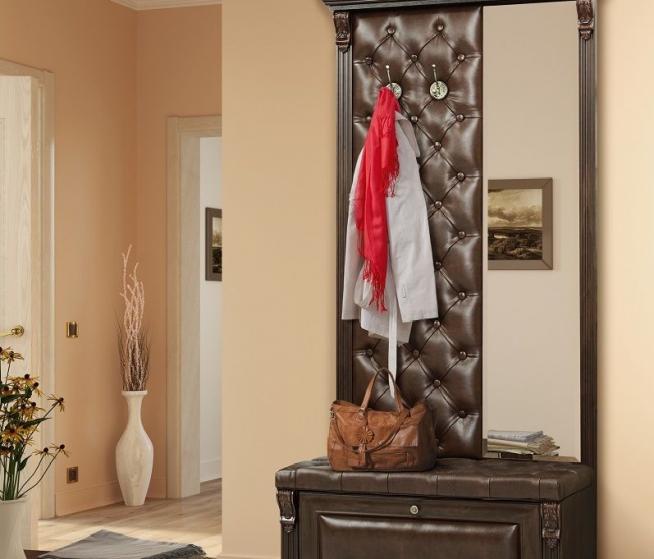 Напольная вешалка, оборудованная зеркалом и галошницей