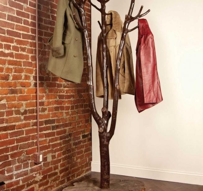 Самодельная вешалка из ствола дерева