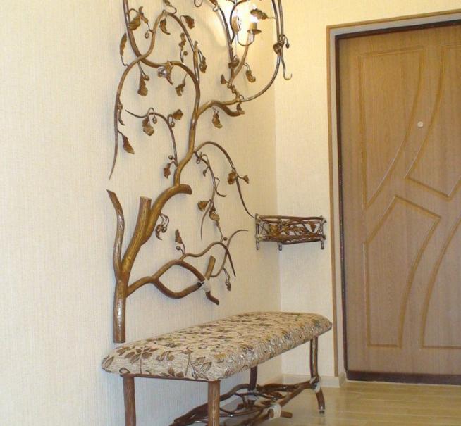 Современная вешалка из дерева и металла авторского исполнения