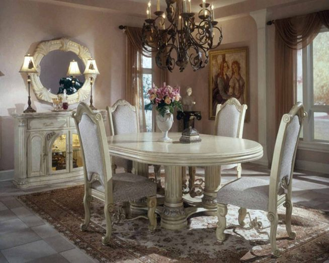 Добротные классические стулья в гостиной