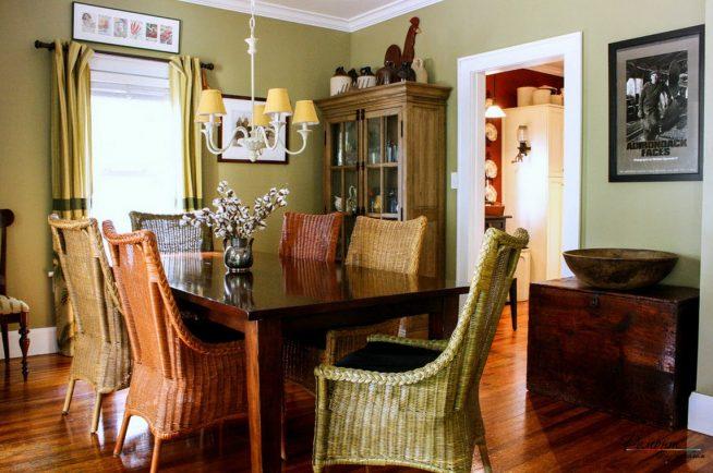 Плетёные стулья в интерьере гостиной