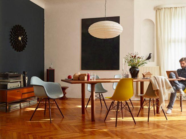 Современные пластиковые стулья у обеденного стола