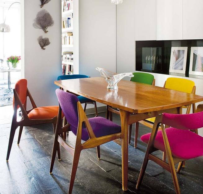 Красивые цветные стулья в гостиной-столовой
